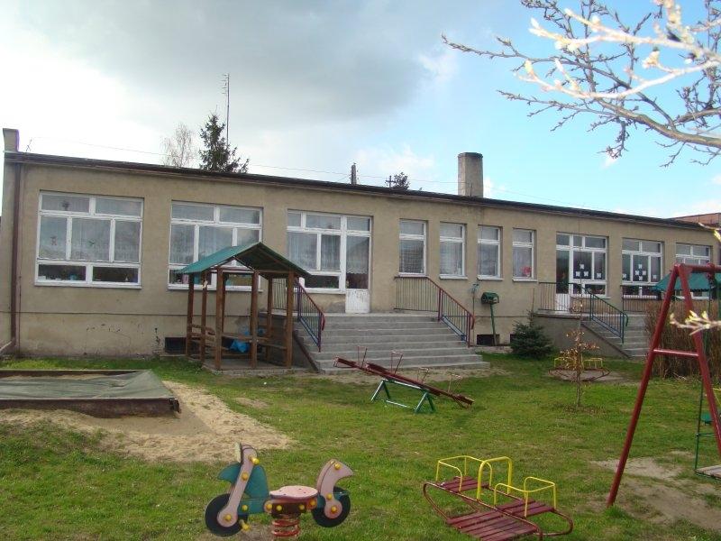 Tył budynku przedszkola przed remontem: brak docieplenia i stara stolarka okienno-drzwiowa