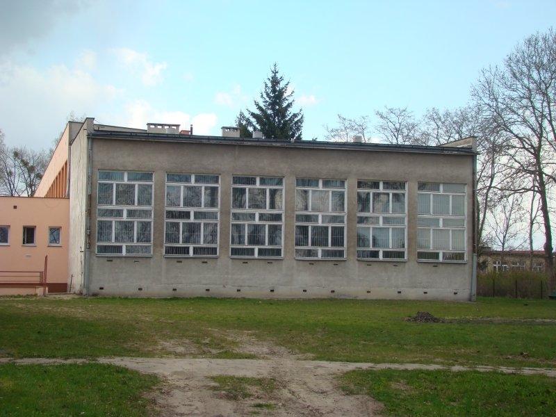 Elewacja sali gimnastycznej ZKiW przed remontem: brak docieplenia, drewniana stolarka okienna