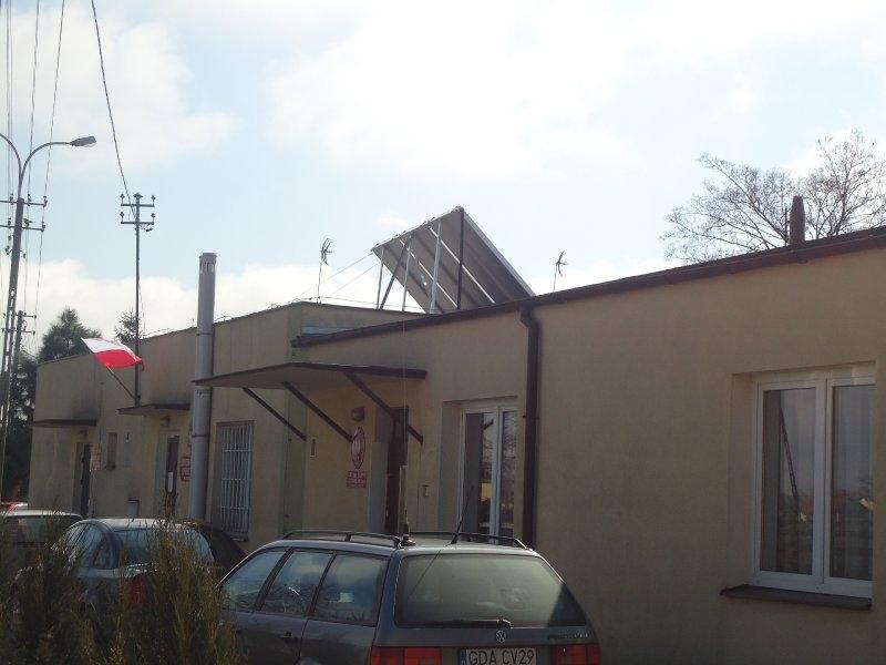 Budynek Urzędu Gminy z widocznymi panelami solarnymi