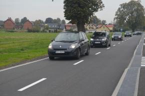 Ciąg samochodów jadących po nowej nawierzchni asfaltowej ulicy Starogardzkiej