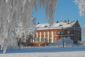 Pałac eklektyczny w Kopytkowie zimą - śnieg i oszronione drzewa