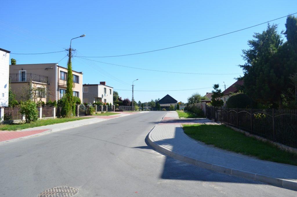Ul. Spacerowa - chodnik oraz wjazdy do posesji wykonane z kostki brukowej