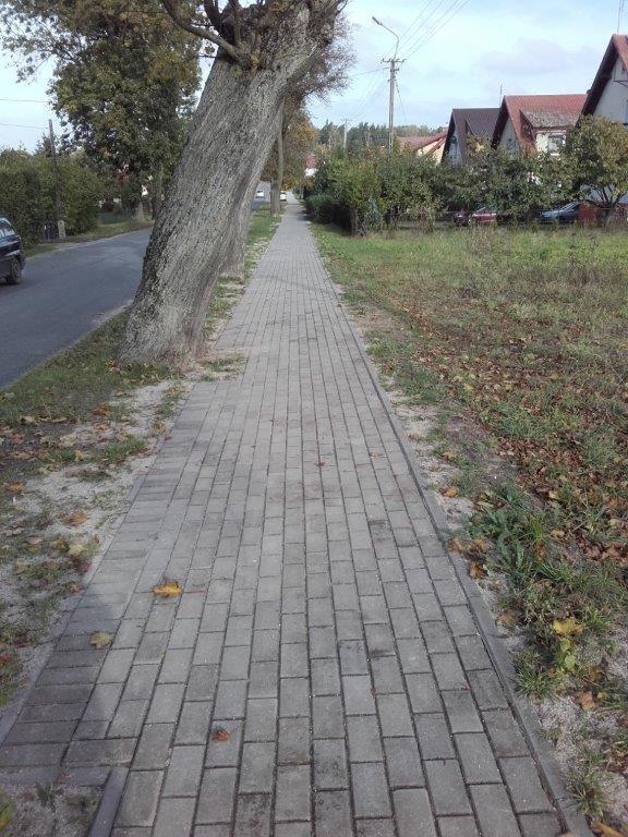 Ciąg chodnika wykonany z kostki brukowej