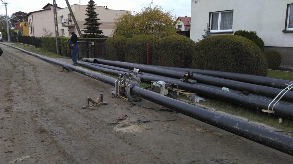 Kilka odcinków rur do kanalizacji sanitarnej przed montażem