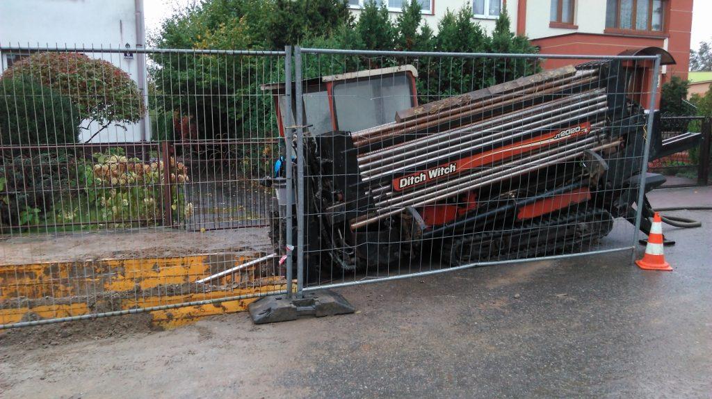 Wiertnica w trakcie wykonywania kanałów pod rury kanalizacji sanitarnej
