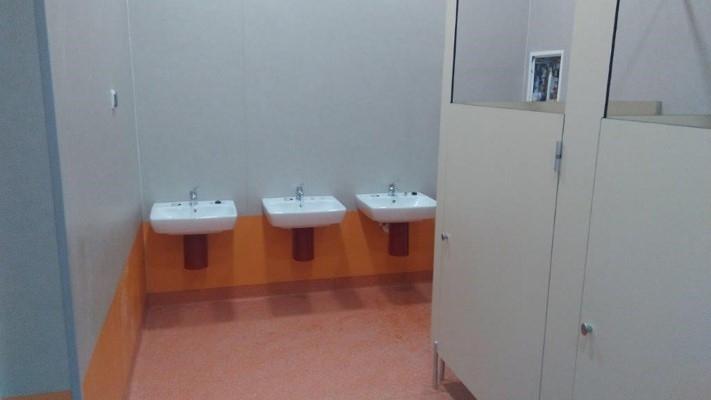 Nowa łazienka dla dzieci - 3 nisko osadzone, kabiny toaletoweumywalki