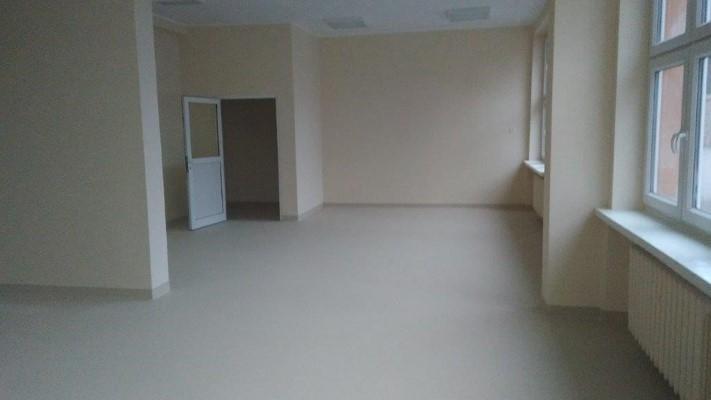 Nieumeblowane pomieszczenie z kremowymi ścianami