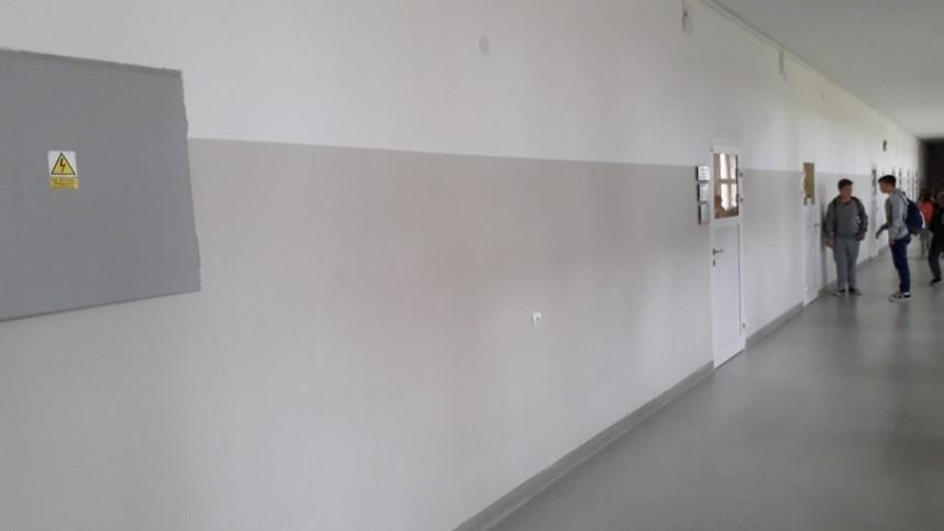 Korytarz szkolny - biało-szare ściany
