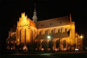 Bazylika w Pelplinie nocą