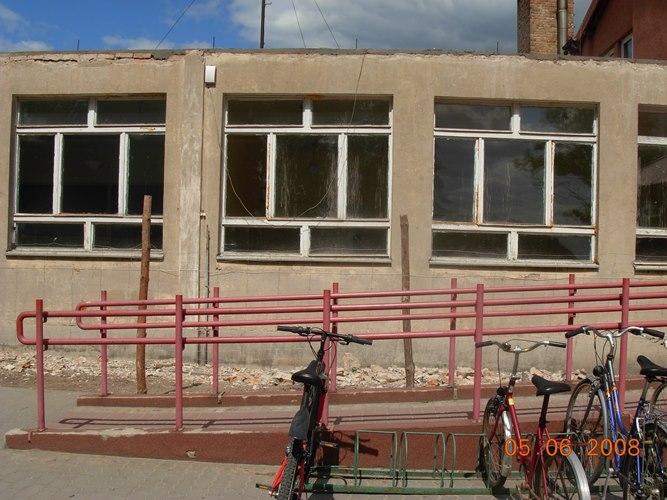 Elewacja pawilonu ZKiW przed remontem: niedocieplona, z drewnianą stolarką okienną