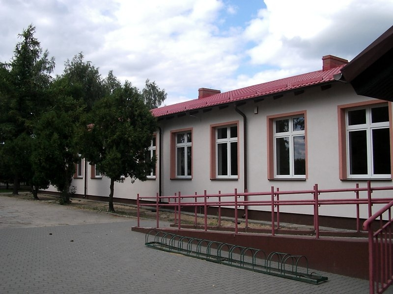 Pawilon ZKiW z ocieploną elewacją i zmodernizowanym dachem z blachodachówki