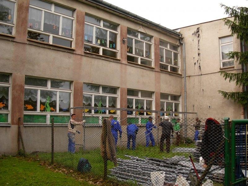 Pracownicy budowlani w trakcie prac nad termomodernizacją skrzydło północnego ZKIW