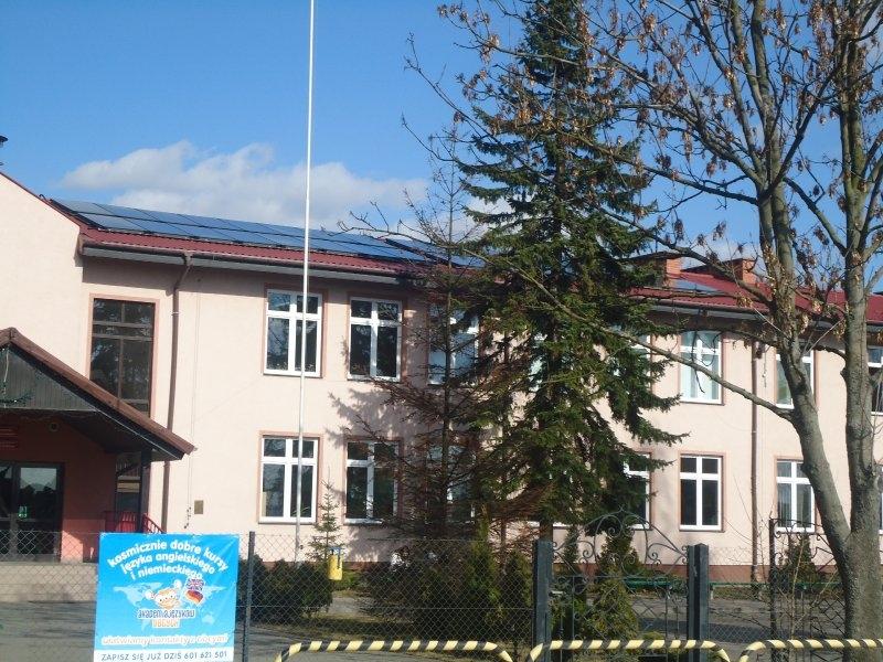 Panele solarne zamontowane na dachu budynku ZKiW