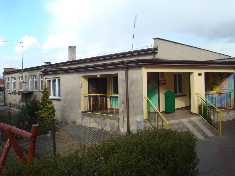 Budynek przedszkola przed remontem: brak docieplenia elewacji i stara stolarka okienno-drzwiowa