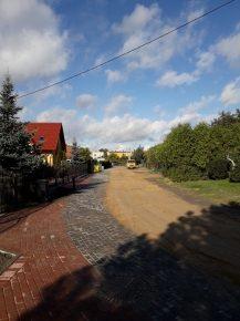 Droga gruntowa pomiędzy budynkami mieszkalnymi
