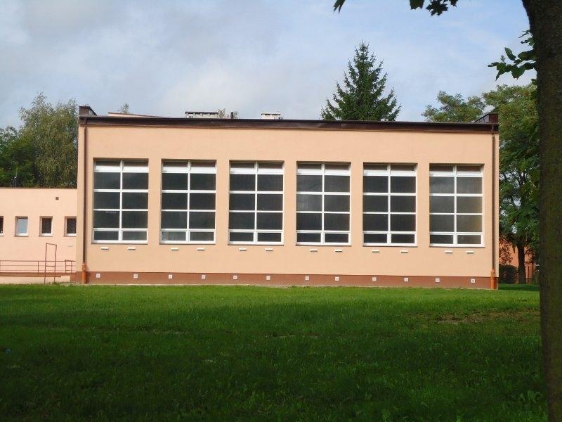 Elewacja sali gimnastycznej ZKiW po remoncie: docieplona z wymienioną stolarką okienną