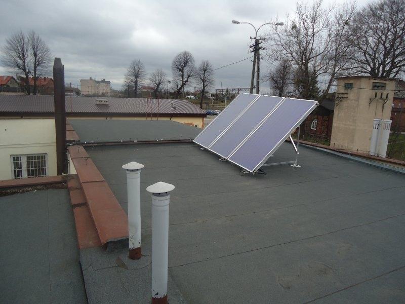 Panele solarne zamontowane na dachu budynku Urzędu Gminy