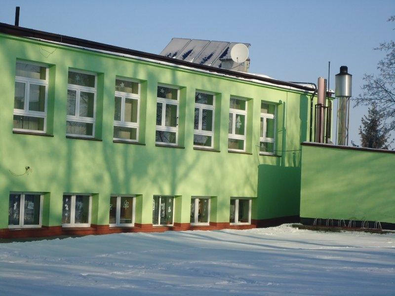 Budynek Środowiskowego Domu Samopomocy w Lalkowach z zamontowanymi panelami słonecznymi