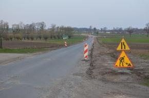 Droga Smętowo - Kopytkowo, o której mowa w tekście strony zabezpieczona słupkami i znakami ostrzegawczymi