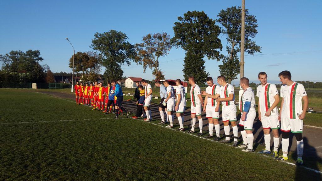 Drużyna seniorska SKF LZS Pogoń Smętowo wybiegająca na murawę przed kolejnym meczem