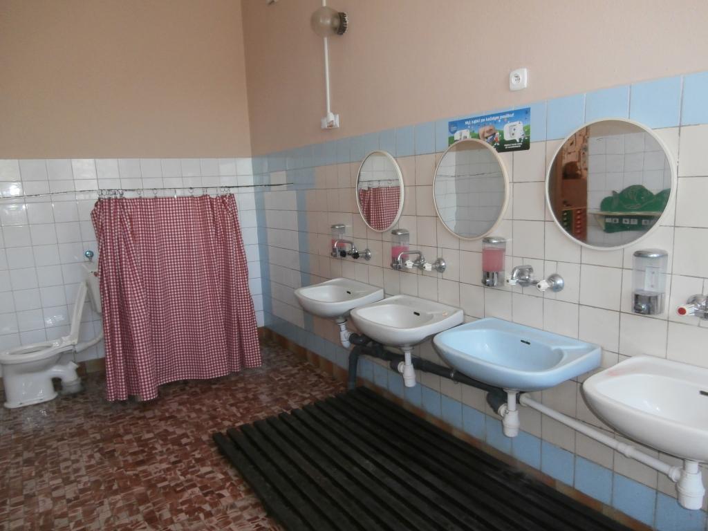 Łazienka przed remontem - stare płyki oraz armatura łazienkowa