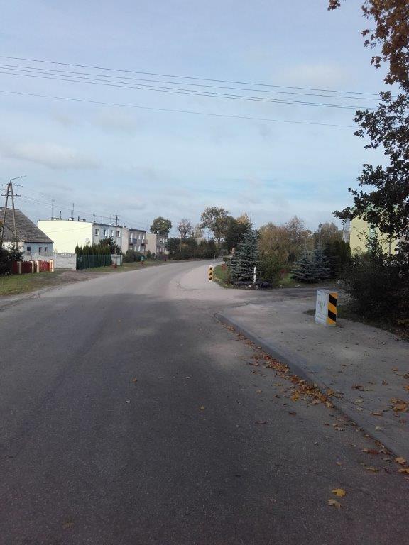 Droga przez Frące, po prawej widoczne nowe chodniki z kostki brukowej