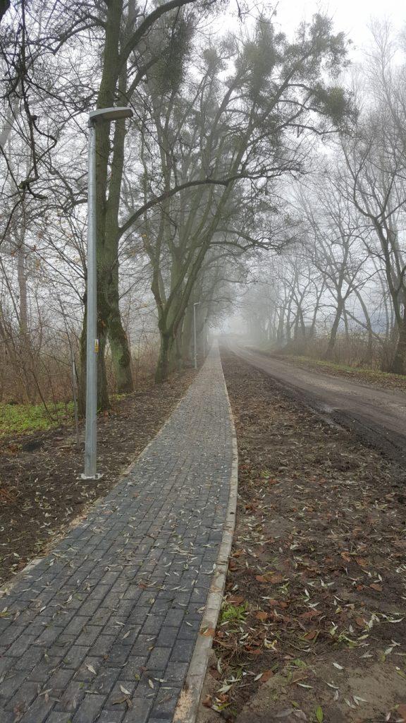 Nowy ciąg chodnika wykonany z kostki brukowej