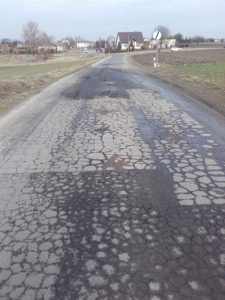 Wyżej wymieniona droga w Kamionce. Widoczne uszkodzenia, popękania i ubytki na całej szerokości jezdni