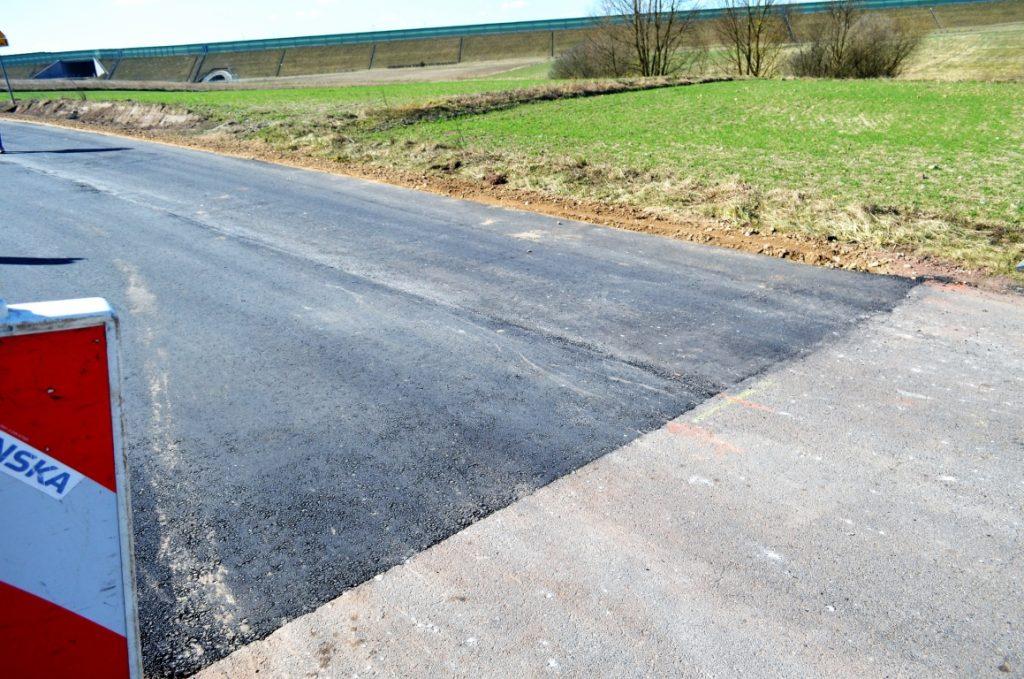 Droga w Kamionce po remoncie. Nowa nawierzchnia asfaltowa łącząca się ze starą częścia będącą w dobrym stanie
