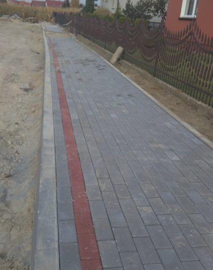 Nowa nawierzchnia chodnika wykonana z kostki brukowej