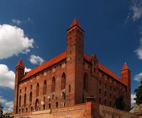 Zamek krzyżacki w Gniewie otoczony murami obronnymi.