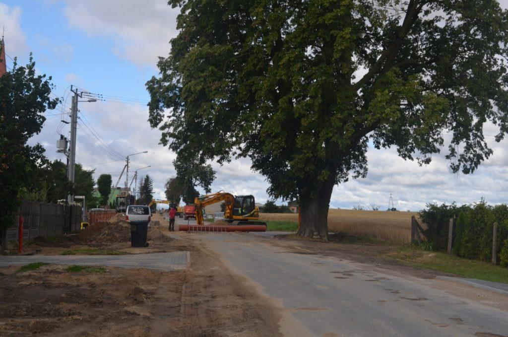 Koparka w trakcie montażu rury kanalizacyjnej w obszarze drogi Smętowo-Kopytkowo