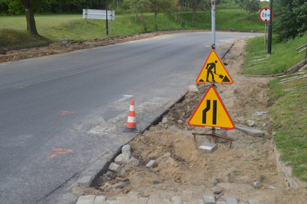 Smętowo - zdemontowany ciąg chodnika, zabezpieczony oznakowaniem ostrzegawczym