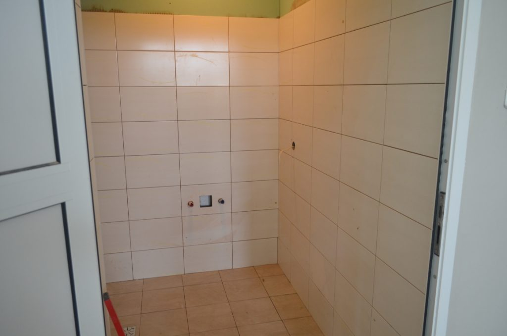Toaleta szkolna - świeżo położone płytki na ścianach