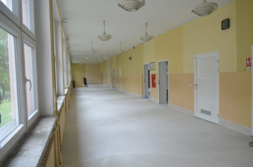 Korytarz szkolny w trakcie remontu - zdemontowana stara nawierzchnia podłogi