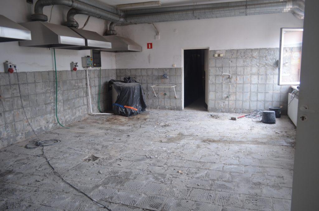Kuchnia szkolna - pozbijane kafelki ze ścian i podłogi