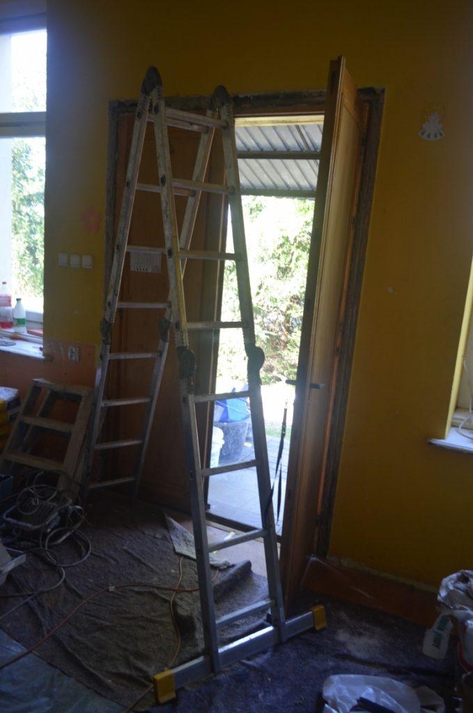 Drabina przygotowana do wykorzystania przy pracach remontowych