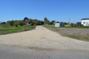 Ulica Wybudowania: Droga wykonana z płyt jumbo. W tle budynki mieszkalne