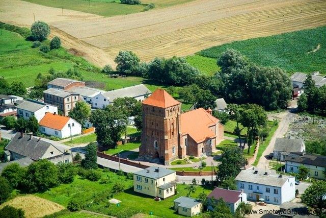 Zdjęcie kościoła w Kościelnej Janii z perspektywy lotu ptaka