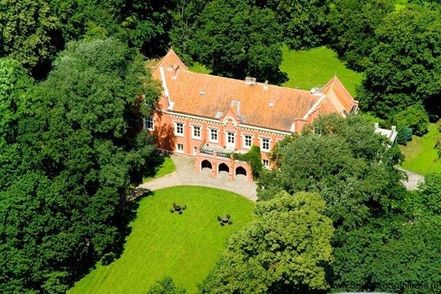 Zdjęcie pałacu w Rynkówce z perspektywy lotu ptaka